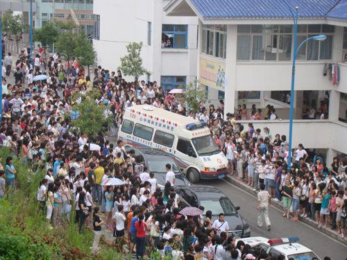 湖北民族学院女生宿舍突起大火 图